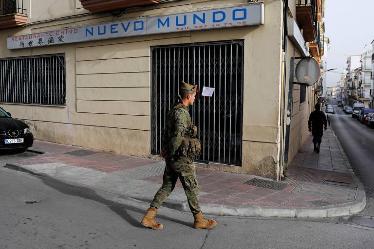 Militar patrulha as ruas de Ronda, no sul da Espanha, durante estado de emergência