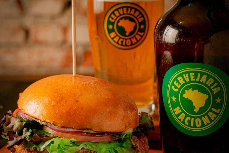 Hambúrguer vegetariano e growler de cerveja da Cervejaria Nacional, em Pinheiros