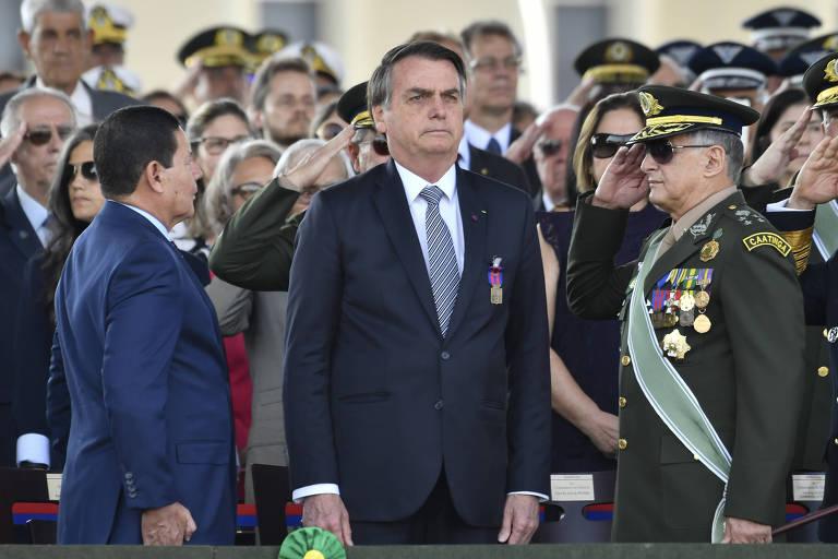 Mourão (esq.) e Pujol (de farda) com Bolsonaro durante solenidade do Dia do Soldado do ano passado