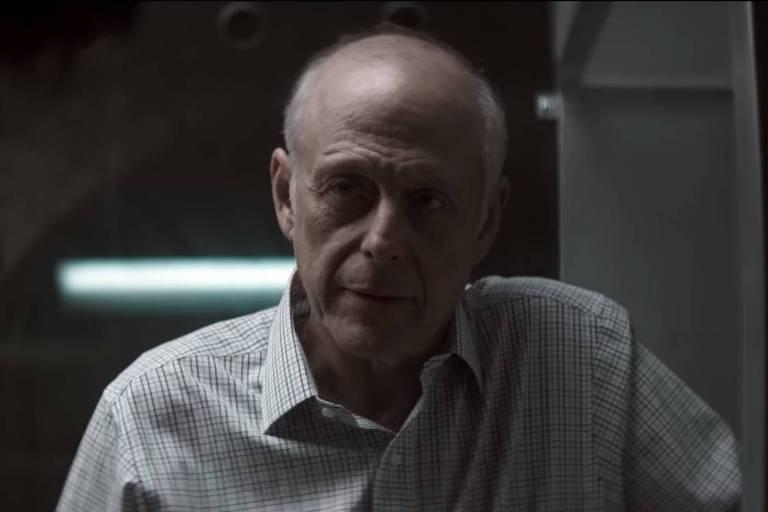 """Mark Blum em cena da série """"You"""", da Netflix"""