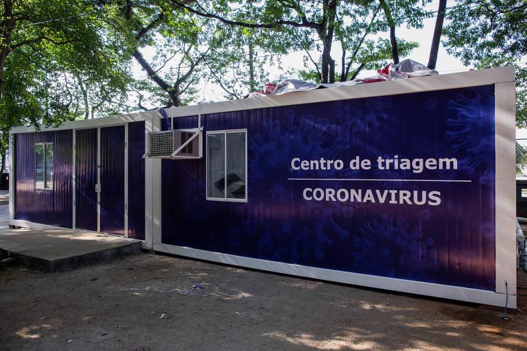 Centro de triagem para tratar coronavírus na área externa do Instituto de Infectologia Emílio Ribas