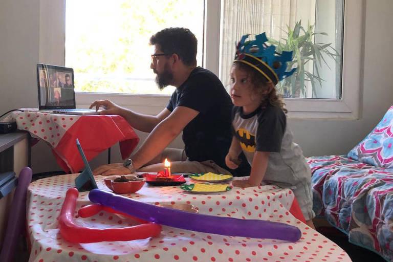 Martin Lara celebra seu aniversário com o pai e parentes em chamada de vídeo em Santiago, no Chile