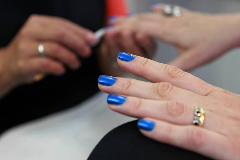 Cabeleireiras e manicures podem ter salário cortado em até 75% em quarentena do coronavírus