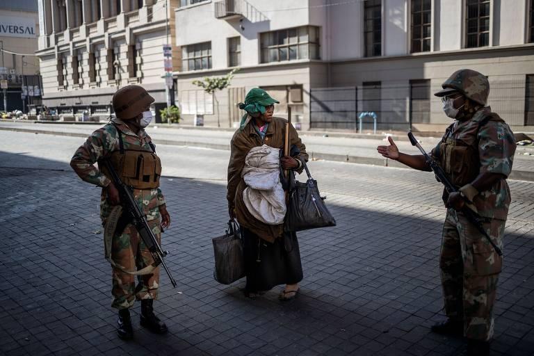 Soldados garantem quarentena contra o coronavírus na África do Sul; veja fotos de hoje