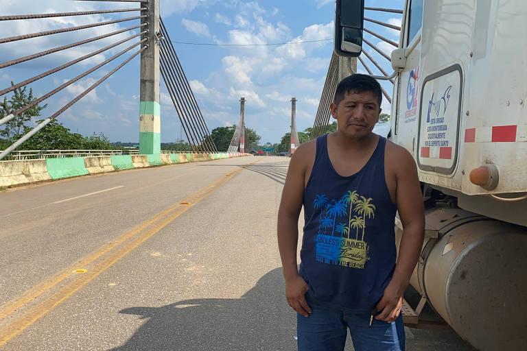 O caminhoneiro peruano Arturo Palomino, 28, na fronteira entre Brasil e Peru