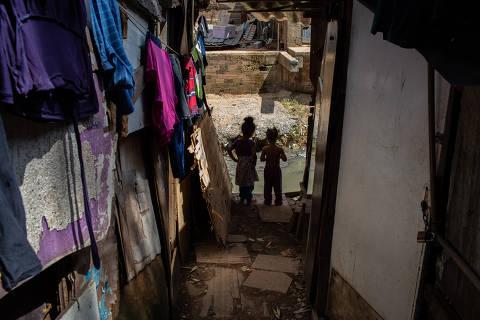 Nas favelas, moradores passam fome e começam a sair às ruas