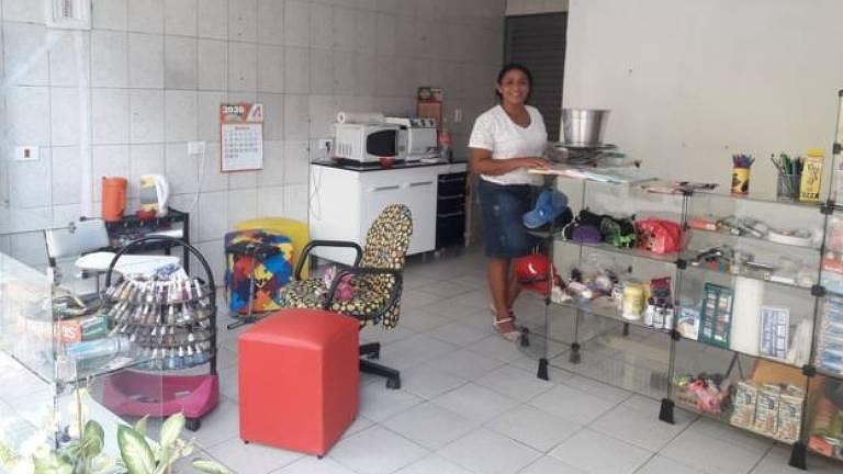A manicure Rose da Silva não poderá atendeu em seu salão; a Prefeitura determinou que todos os comércios da capital fiquem fechados a partir desta sexta-feira (20) até o dia 5 de abril. As exceções são padarias, farmácias, postos de combustíveis, restaurantes, supermercados e feiras livres