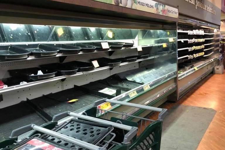 Praleteiras de supermercado no estado na Pensilvânia, no qual mulher tossiu intencionalmente sobre produtos