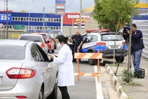 Termômetros e guardas fazem triagem na entrada de cidades do interior de SP e MG