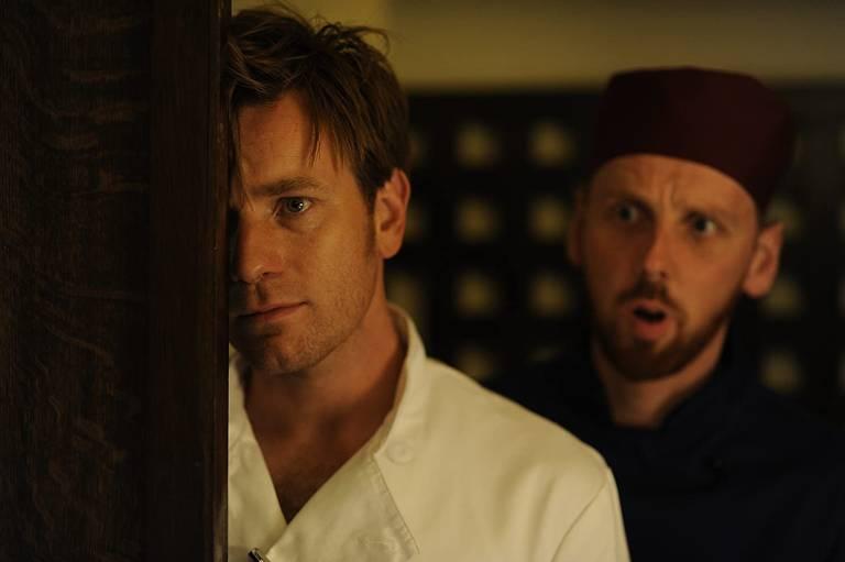 homem com rosto apoiado numa porta