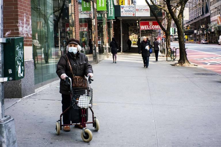 Idosa caminha nas ruas de Nova York, nos Estados Unidos