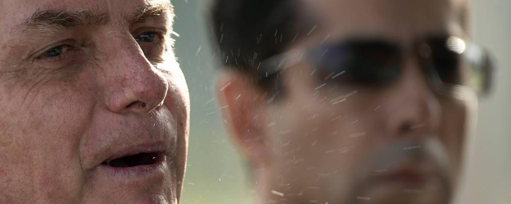 Detalhes da saliva do presidente Jair Bolsonaro na manhã desta sexta-feira (27) em Brasília