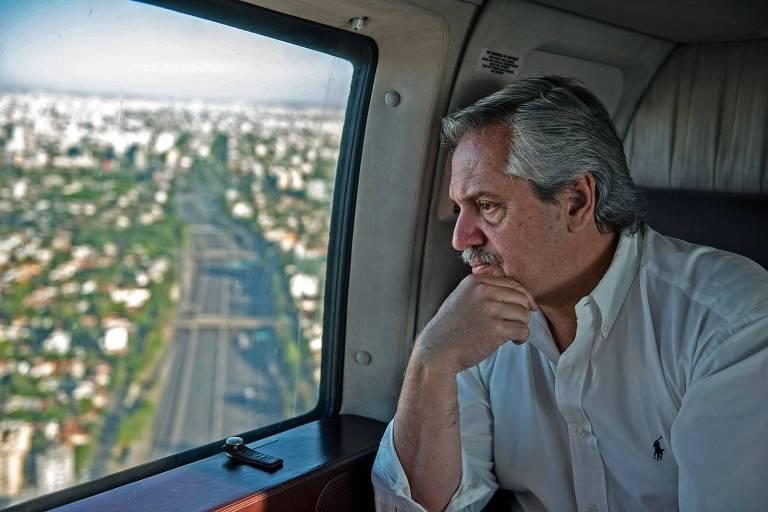 O presidente argentino, Alberto Fernández, sobrevoa a cidade de Buenos Aires depois de decretar quarentena compulsória