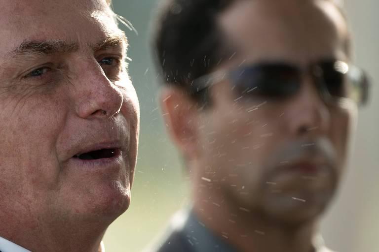 Foto mostra partículas de saliva saindo da boca do presidente Jair Bolsonaro