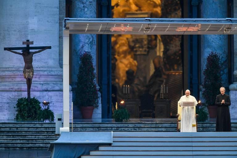 Papa reza sozinho na praça São Marcos contra o coronavírus