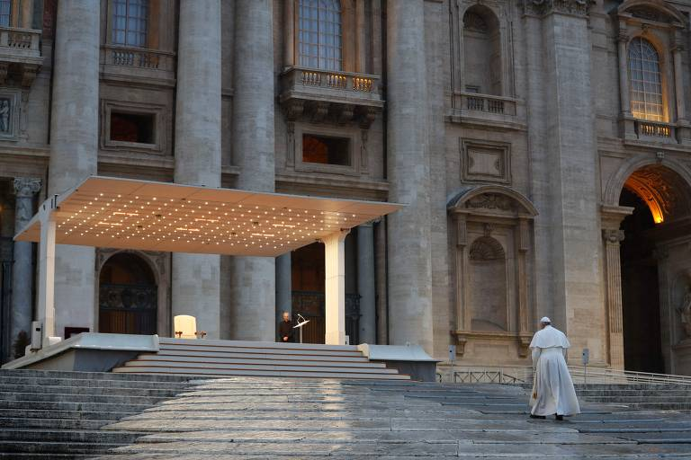 Papa reza sozinho na praça São Pedro contra o coronavírus