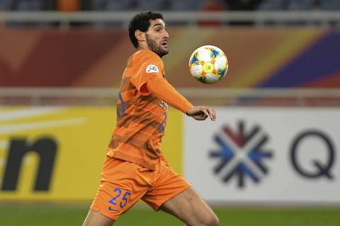 (FILES) In this file photo taken on April 9, 2019, Shandong Luneng's Marouane Fellaini controls the ball during the AFC Champions League group stage football match between China's Shandong Luneng and Malaysia's Johor Darul Ta'zim in Jinan in China's eastern Shandong province. - Fellaini has tested positive for the coronavirus, his club Shandong Luneng said on March 22, 2020, the former Manchester United player becoming the first known case in the Chinese Super League (CSL). (Photo by STR / AFP) / China OUT ORG XMIT: ZQ8652