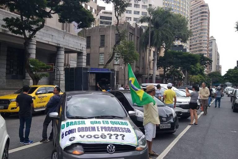 Em Belo Horizonte, integrantes de carreata protestam pela retomada do funcionamento do comércio e das empresas