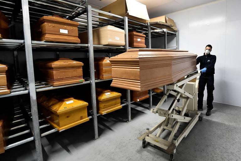 Caixões de pessoas mortas por Covid-19, doença causada pelo novo coronavírus, em crematório na cidade de Serravalle Scrivia, na província de Alessandria, norte da Itália