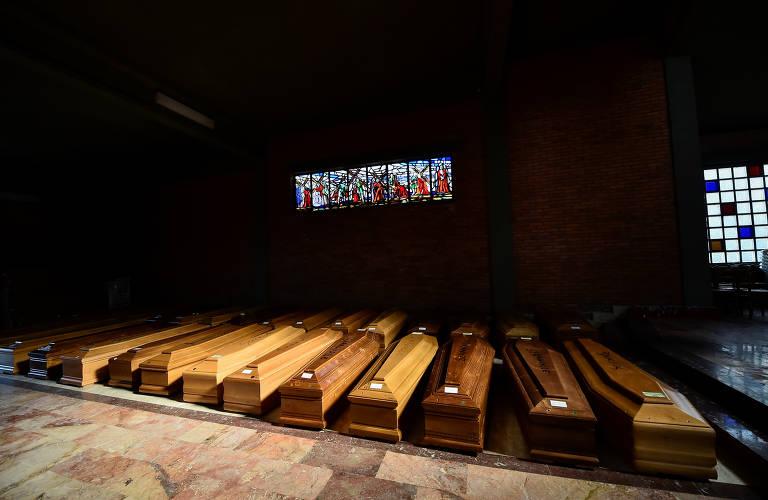 Caixões de pessoas mortas por Covid-19, doença causada pelo novo coronavírus, na igreja do cemitério da cidade de Serravalle Scrivia, na província de Alessandria, norte da Itália
