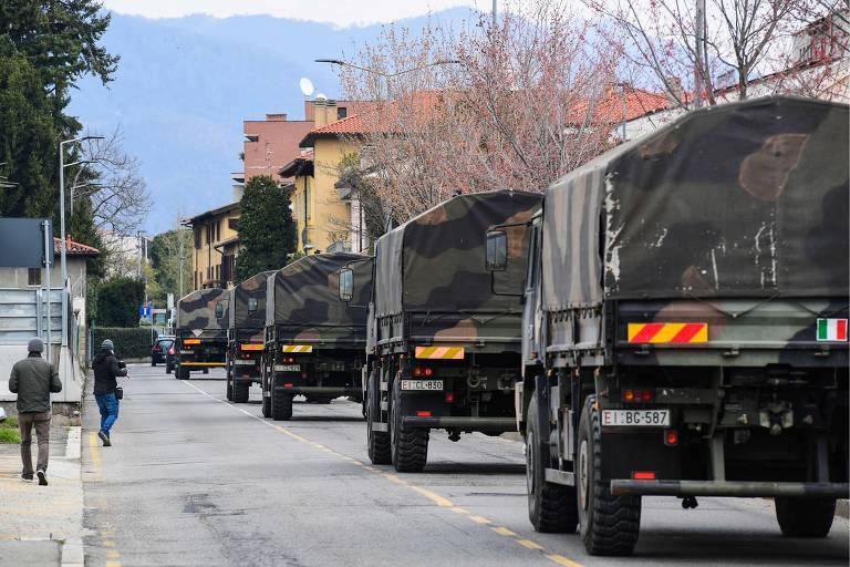Caminhões do Exército italiano partem de Bergamo, com cemitérios e crematórios lotados, levando caixões com corpos de mortos pelo novo coronavírus para outras regiões da Itália
