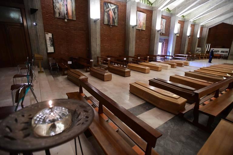 Caixões de mortos pelo coronavírus armazenados na igreja de são José, em Seriate, próximo a Bergamo, na Lombardia