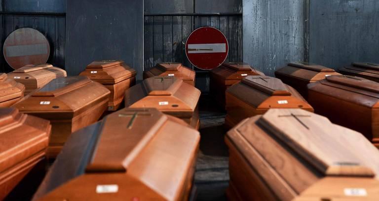 Caixões de pessoas mortas pelo coronavírus em armazém em Ponte San Pietro, nas promixidades de Bergamo, na Lombardia