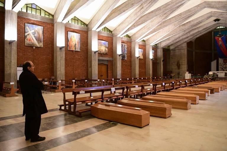 Pároco dom Mario, diante de caixões na igreja de são José, em Seriate, perto de Bergamo, na Lombardia, Itália