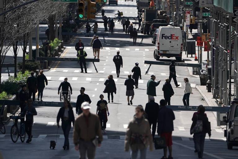 Pessoas caminham na Park Avenue, fechada para trânsito de veículos, em meio à pandemia de coronavírus em Nova York