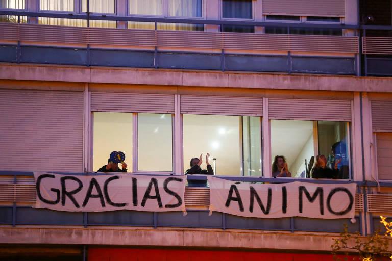 Espanhóis aplaudem profissionais da saúde em Madri