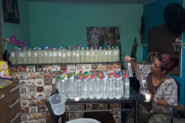 Cacilda Souza com kits de água e sabão que entrega na cidade de Ourinhos (SP)