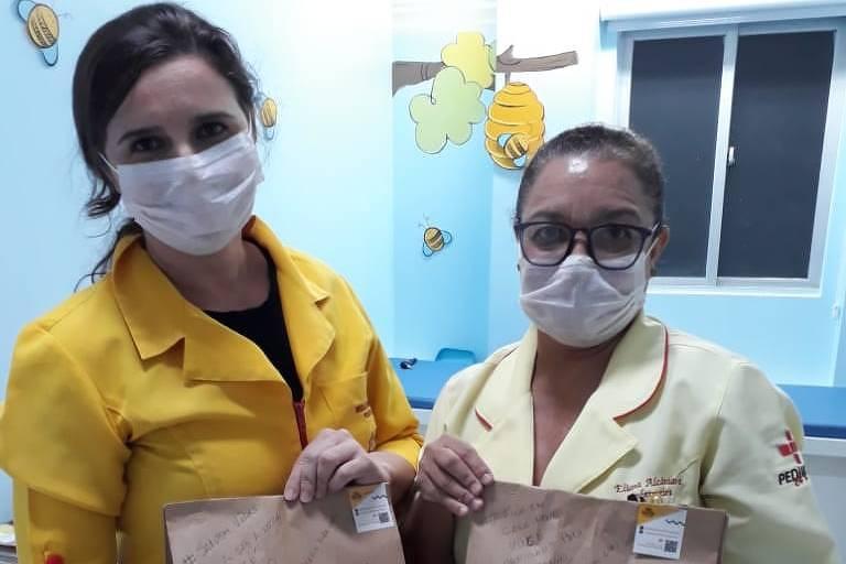 Profissionais de saúde em Maceió com kits de lanches comprados por clientes