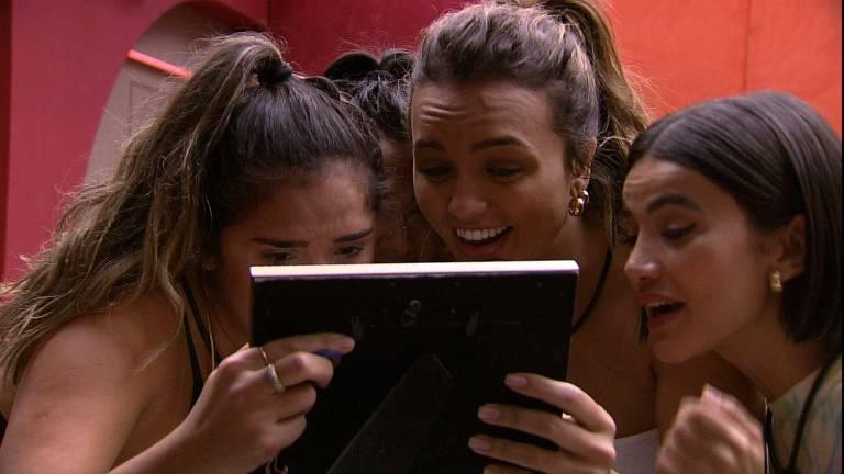 Gizelly vê as fotos de sua família com amigas no BBB 20