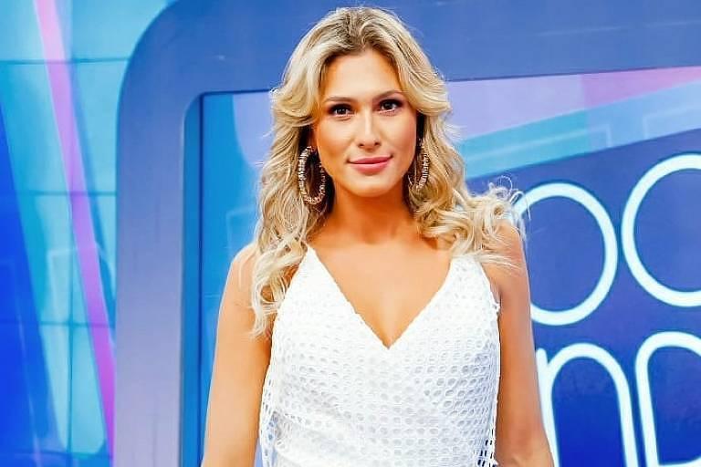 Lívia Andrade no comando do programa Fofocalizando no SBT