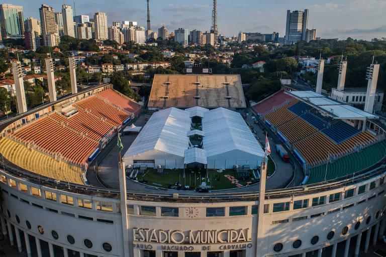 Enquanto a bola não rola, estádios como o Pacaembu estão sendo preparados para ajudar vítimas do vírus
