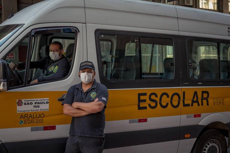Os motoristas Reinaldo Araújo e Edmilson Andrade em frente à uma van escolar