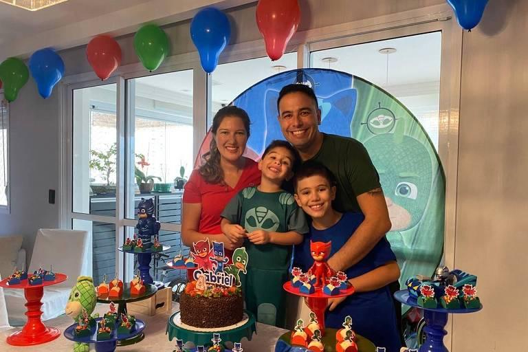 Sérgio Baldivieso e Tatiana Navarro com os filhos Gabriel, 4, e Leonardo, 9, na minifesta em comemoração aos quatro anos do filho caçula
