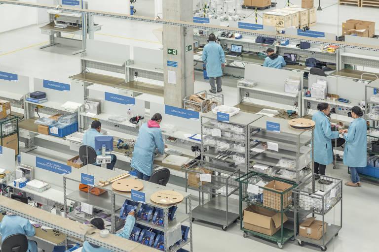Funcionários da Magnamed trabalham na fabrica da empresa, em Cotia (SP)