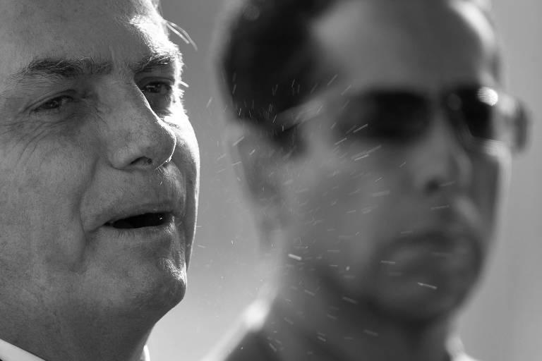Jair Bolsonaro lança perdigotos ao falar em frente ao Palácio da Alvorada