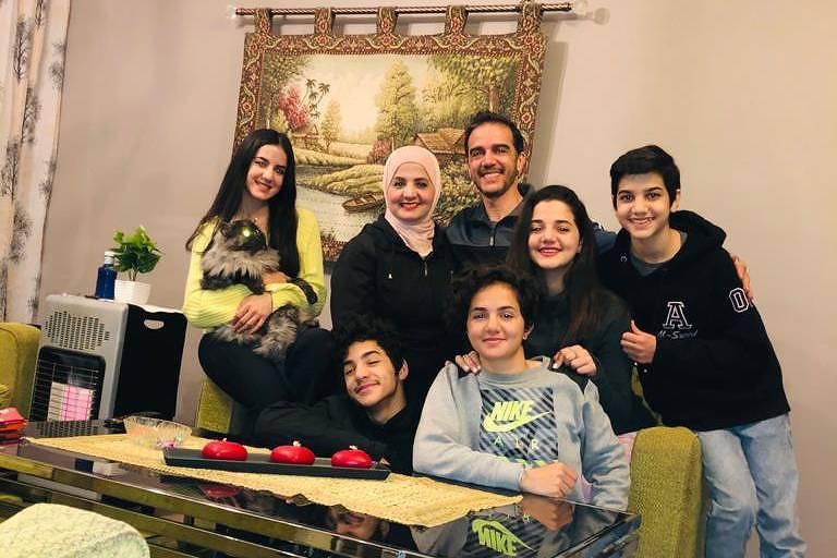Mazen Al Saeed com a mulher e os cinco filhos durante a quarentena na Jordânia