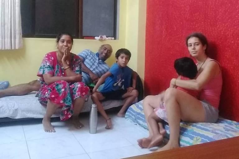 Fernanda Desai, 42 (à dir.) com a filha, os cunhados e o sobrinho durante quarentena na Índia