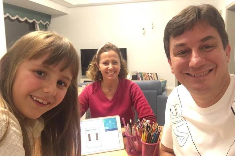 Cristiano Dall'Agnol com a mulher, Kelly, e a filha, Maria Luísa, durante confinamento na China