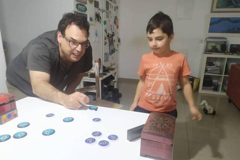 André Wajnberg, 47, joga futebol de botão com o filho durante quarentena em Israel