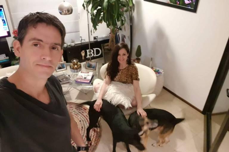 Bruna de Alencar com o namorado e os dois cachorros durante a quarentena em La Plata, na Argentina