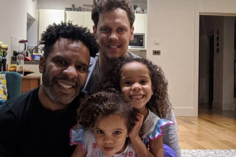 Daniel Nascimento com o marido, Ole, e as filhas, Ana e Sofia, durante a quarentena em Londres, no Reino Unido