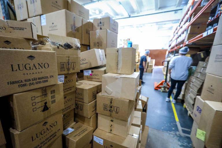 Estoque da Chocolates Lugano, com diversas caixas empilhadas, cheias de produtos