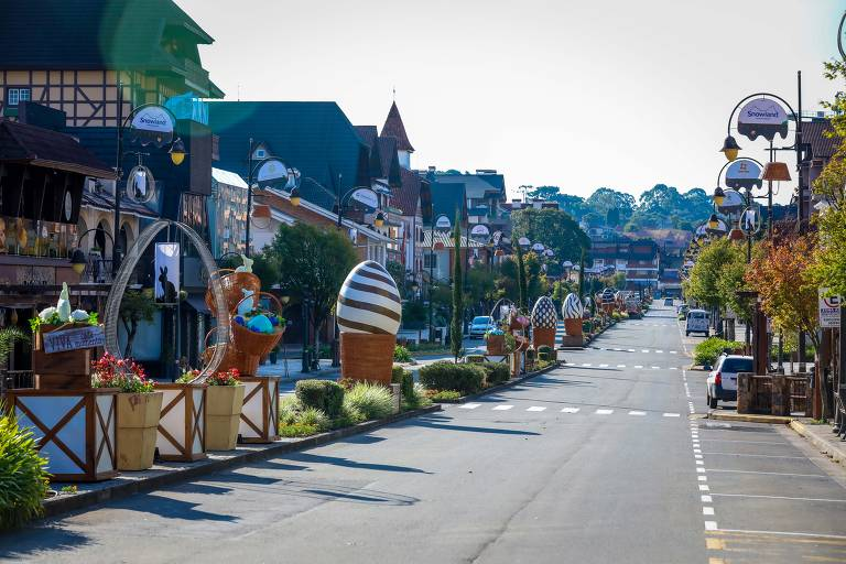 Ruas principais de Gramado (RS) estão enfeitadas para a páscoa, mas vazias
