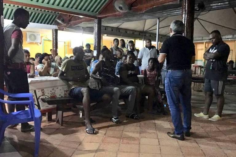 Prefeito de Assis Brasil (AC), Antonio de Souza, conversa com imigrantes abrigados em uma escola da cidade
