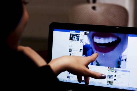 SÃO PAULO, SP, BRASIL, 08-07-2011, 19h30: Usuárias experimentam videochamada do Facebook, que usa tecnologia do Skype, em São Paulo (SP). (Foto: Marcelo Justo/Folhapress, 1616, TEC)
