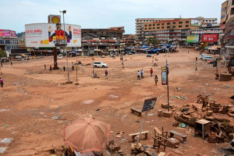 Terminal Old Taxi Park, em Kampala, Uganda, após suspensão do transporte público